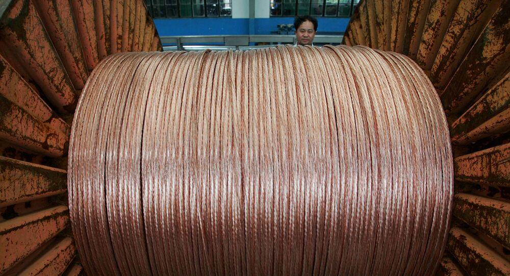 Funcionário em uma fábrica de cabos de cobre na China