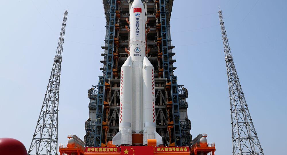 Foguete Longa Marcha 5B Y2, carregando o módulo central da estação espacial chinesa Tianhe, na plataforma de lançamento do Centro de Lançamento Espacial Wenchang, na província de Hainan, China, 23 de abril de 2021