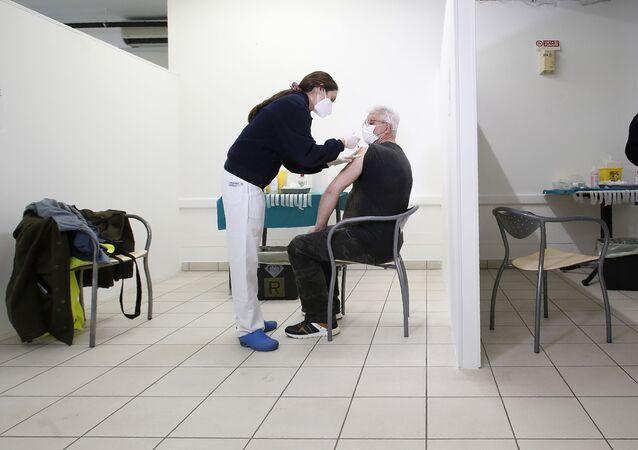 Em San Marino, profissionais de saúde aplicam doses da vacina russa Sputnik V contra a COVID-19, no Hospital Estatal de San Marino, em 9 de abril de 2021