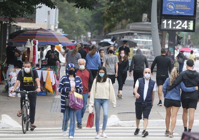 Movimentação de pessoas e ciclistas na Avenida Paulista, na região central da cidade de São Paulo, durante o feriado de Tiradentes, no dia 21 de abril de 2021