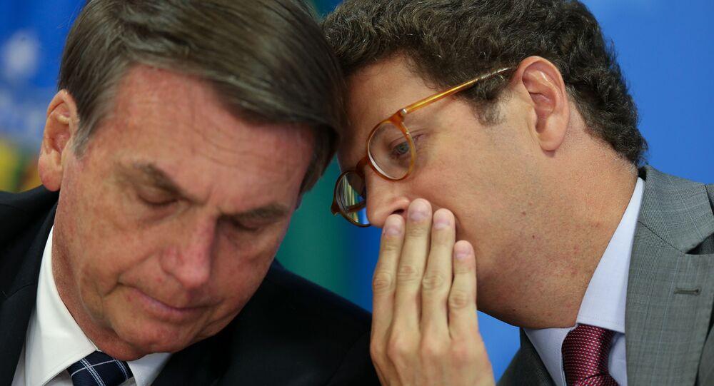 Em Brasília, o presidente brasileiro, Jair Bolsonaro, e o ministro do Meio Ambiente, Ricardo Salles conversam durante evento, em 1º de agosto de 2019
