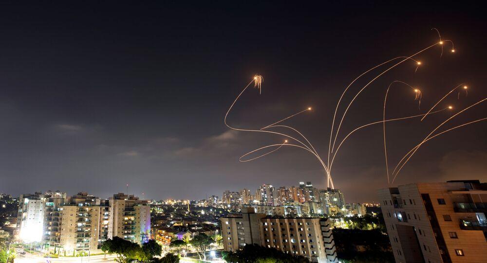Raios de luz são vistos quando o sistema antimíssil Cúpula de Ferro de Israel intercepta foguetes lançados da Faixa de Gaza, vistos de Ashkelon, Israel, em 10 de maio de 2021.