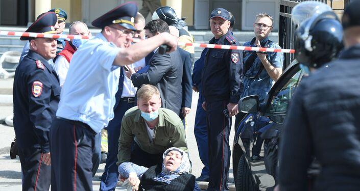 Situação perto da escola na cidade russa de Kazan, onde um jovem de 19 anos iniciou um tiroteiro, 11 de maio de 2021