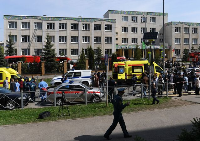 Situação perto da escola na cidade russa de Kazan, onde desconhecidos desencadearam um tiroteiro, 11 de maio de 2021