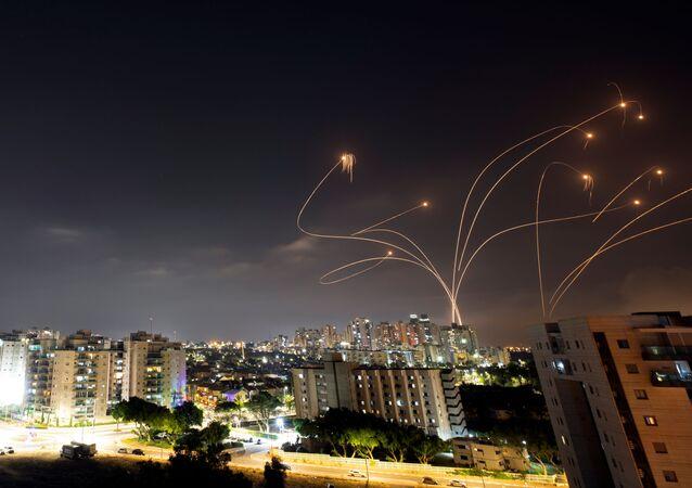 Sistema de defesa antiaérea Cúpula de Ferro intercepta foguetes disparados da Faixa de Gaza contra Israel