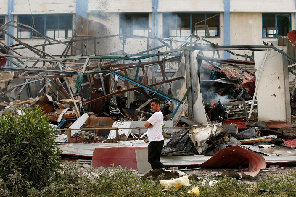 Palestino na área atingida pelo ataque aéreo israelense em Gaza