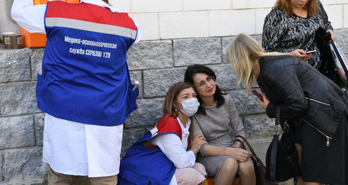 Psicólogos prestam apoio aos familiares das vítimas no local do tiroteio na cidade russa de Kazan