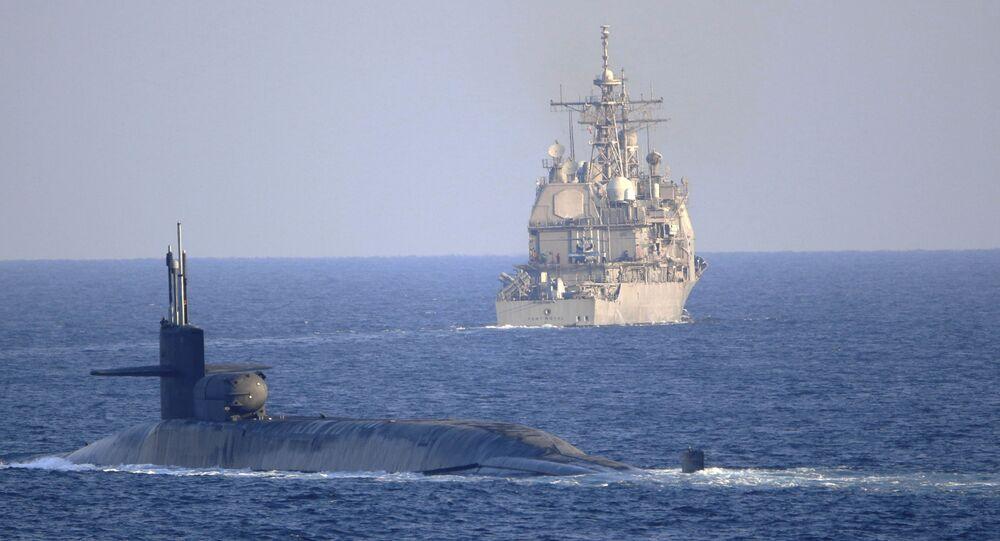Embarcações da Marinha dos EUA no estreito de Ormuz