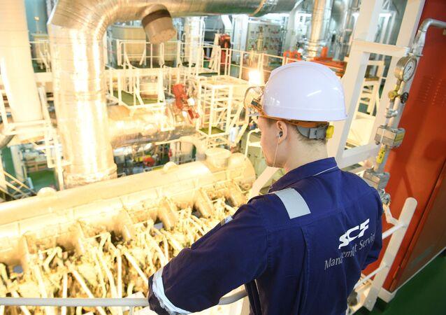 Trabalhador observa maquinário em navio russo que transporta gás natural liquefeito (foto de arquivo)