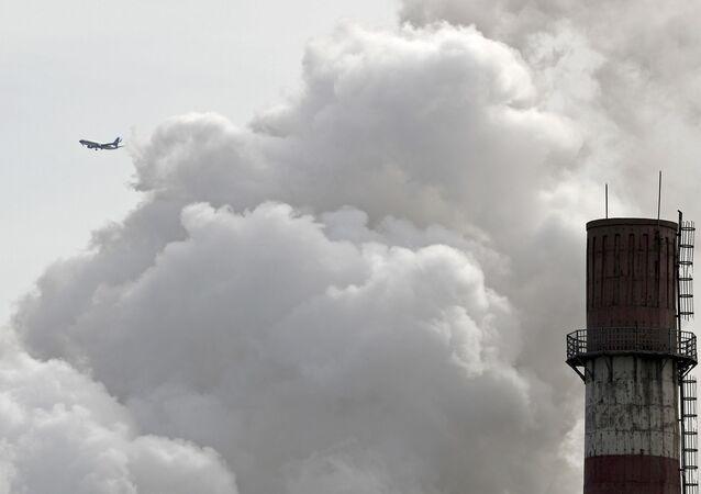 Chaminé de usina elétrica baseada em carvão é vista no seu último dia de operação, conforme a capital da China realiza transição para energia limpa, Pequim, 28 de fevereiro de 2017 (foto de arquivo)