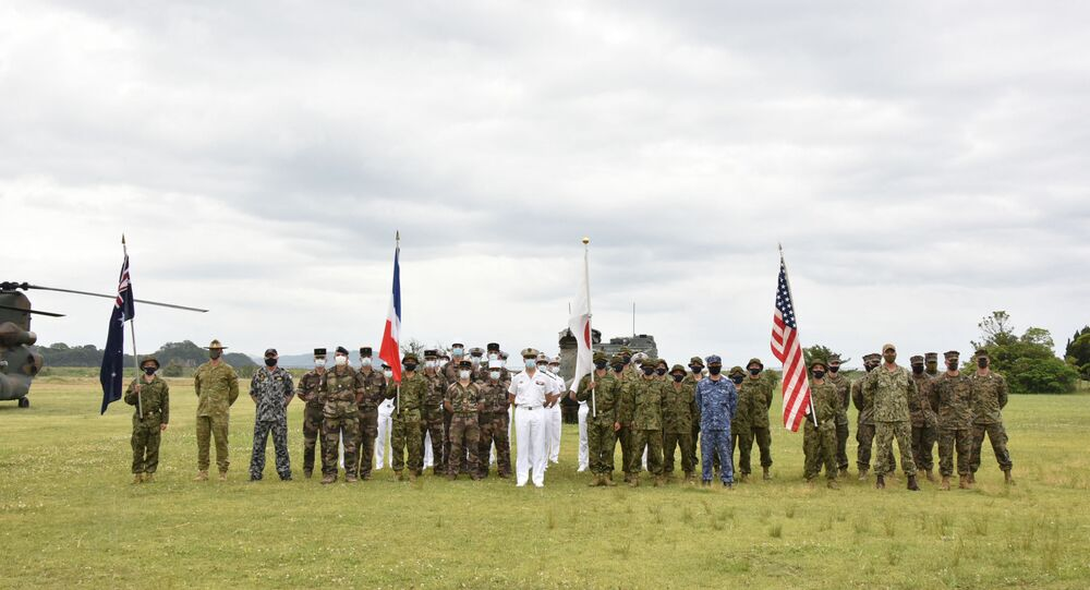 Representantes do Japão, Estados Unidos, França e Austrália participando de uma cerimônia de início de exercícios militares conjuntos no Camp Ainoura, no Japão, em 11 de maio de 2021