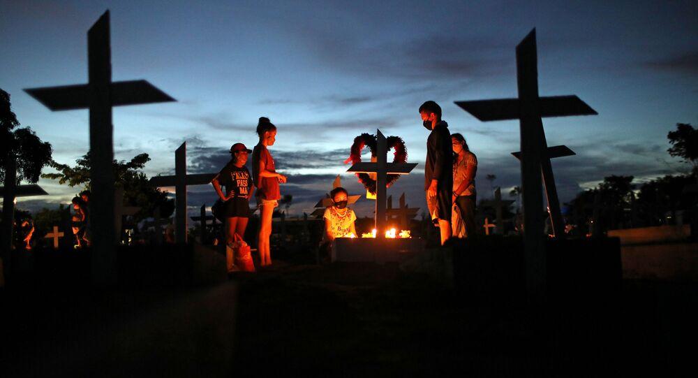 Grupo participa de enterro de vítima do coronavírus no cemitério Parque Taruma, em Manaus, no Amazonas