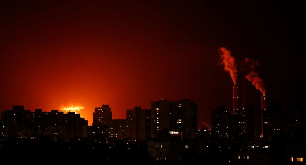 Uma visão geral mostra edifícios residenciais com grande fogo e fumaça ao fundo, onde as autoridades disseram que um foguete de Gaza atingiu um oleoduto de energia israelense perto de Ashkelon, Israel, 11 de maio de 2021.