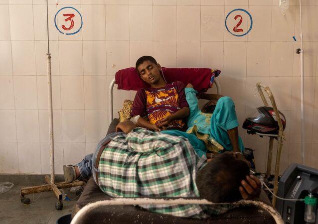 Os pacientes recebem tratamento dentro de uma enfermaria COVID-19 de um hospital administrado pelo governo, em meio à pandemia da doença coronavírus (COVID-19), no distrito de Bijnor, Uttar Pradesh, Índia, 11 de maio de 2021