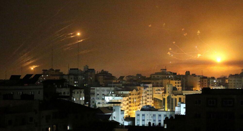 O sistema antimíssil de Israel dispara mísseis interceptores enquanto foguetes são lançados da Faixa de Gaza em direção a Israel, 12 de maio de 2021