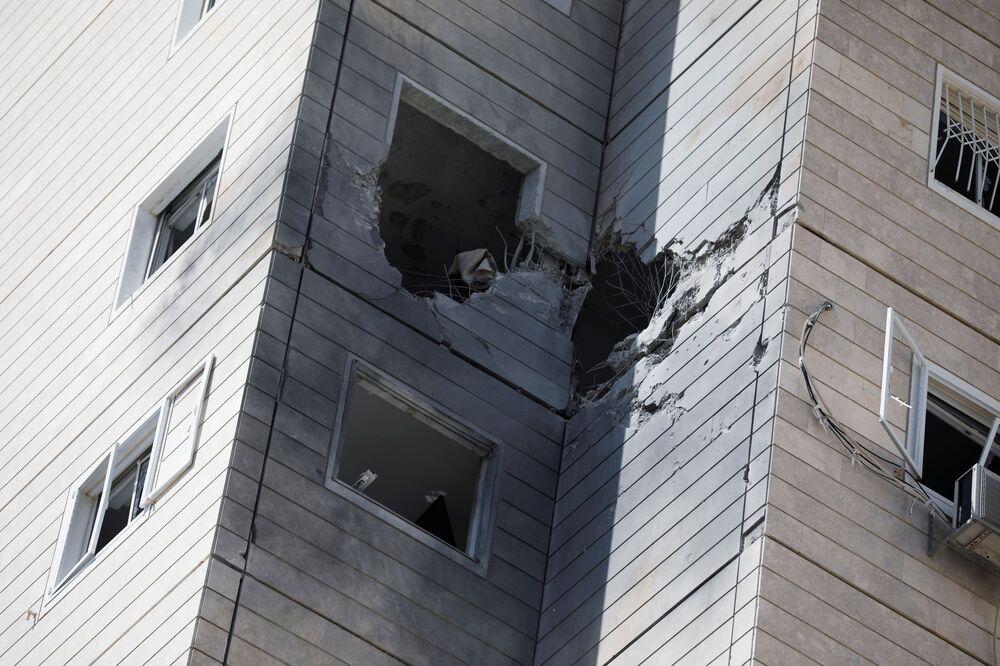 Vista geral de um prédio danificado por um foguete lançado de Gaza, em Ashkelon, no sul de Israel