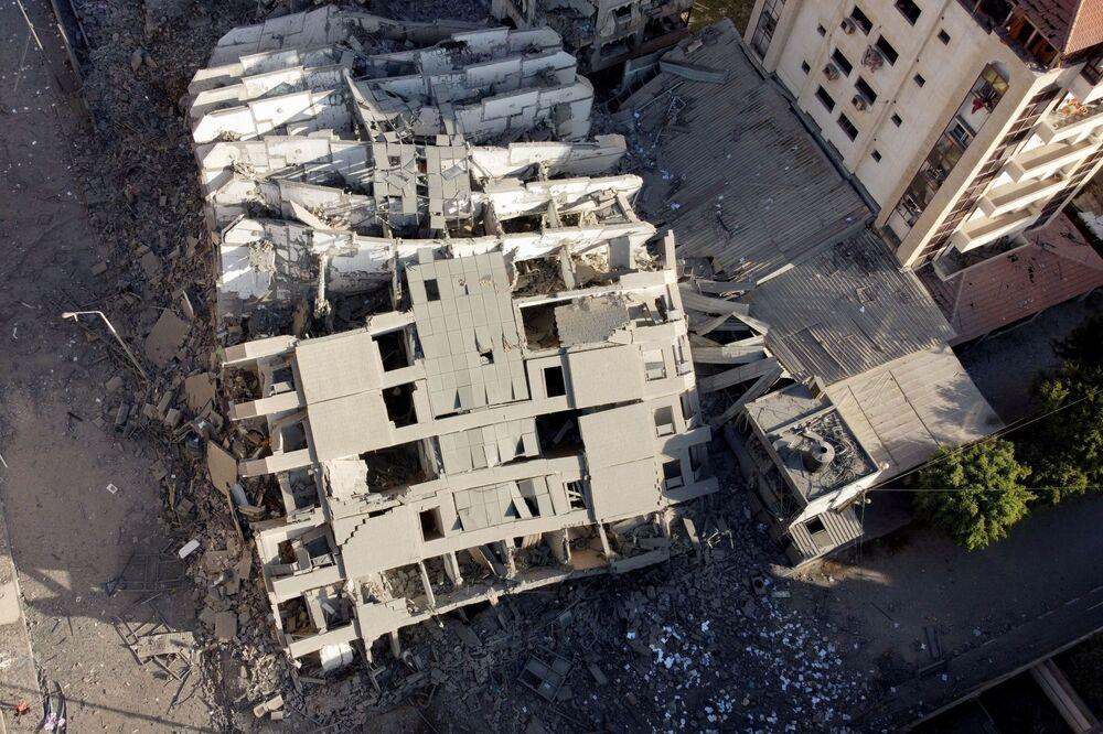 Foto registrada por drone mostra os restos de um prédio que foi destruído durante um ataque aéreo israelense em Gaza