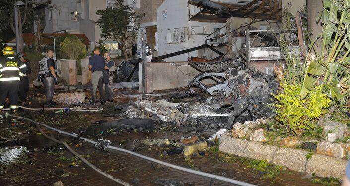 Agentes dos serviços de emergência de Israel inspecionam os danos na cidade israelense de Rishon Lezion, após foguetes lançados de Gaza atingirem a região