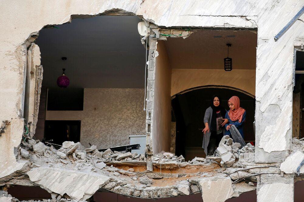 Palestinas observam suas casas danificadas durante bombardeio israelense em Gaza