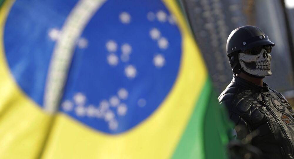 Apoiador do presidente Jair Bolsonaro usa máscara com imagem de caveira durante ato de motociclistas em Brasília, 9 de maio de 2021