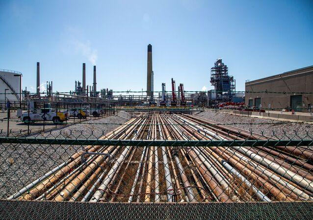 Vista geral da refinaria de petróleo localizada perto do oleoduto da Linha 5 de Enbridge, que a governadora de Michigan, Gretchen Whitmer, ordenou o fechamento em maio de 2021, em Sarnia, Ontário, Canadá.