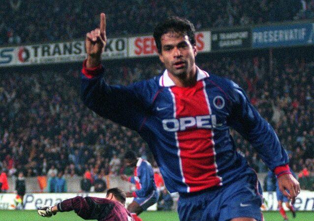 Rai, no PSG, depois de marcar o quarto gol de seu time durante partida em Paris, em 31 de outubro de 1996