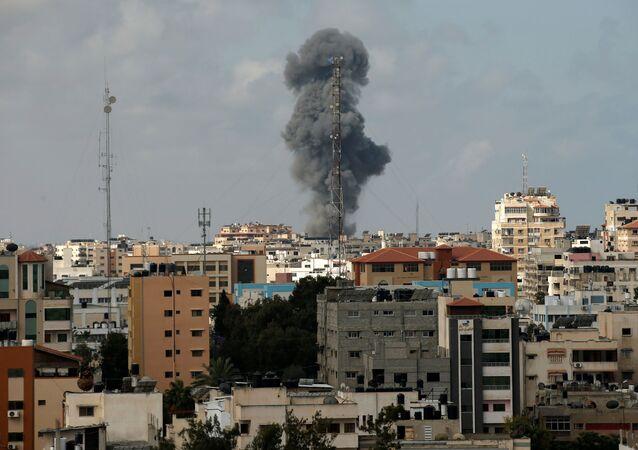 A fumaça sobe durante um ataque aéreo israelense, em meio a uma explosão de violência israelense-palestina, na cidade de Gaza em 12 de maio de 2021