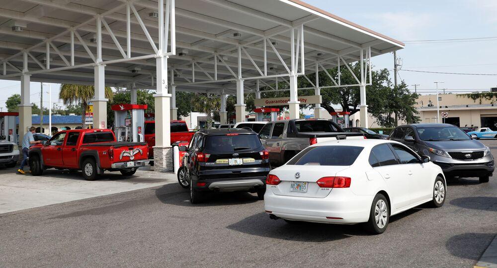 Uma fila de veículos segue em direção a um posto de gasolina Wawa, depois que um ciberataque paralisou o maior duto de combustível do país, operado pela Colonial Pipeline, em Tampa, Flórida, EUA, 12 de maio de 2021