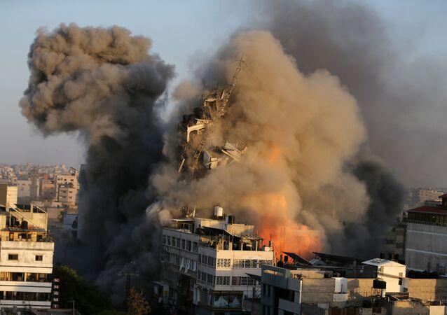 Prédio entra em colapso após ser atingido por bombardeio israelense em Gaza, em 12 de maio de 2021