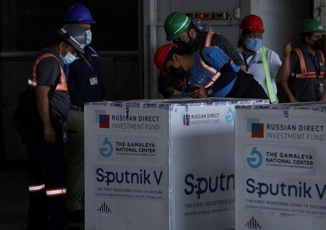 Funcionários recebem primeira remessa de doses da Sputnik V a chegar na Guatemala