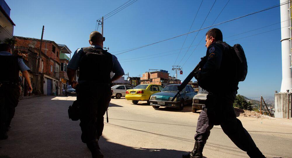Policiais militares caminham por ruas da localidade conhecida como Alvorada, no Complexo de Favelas do Morro do Alemão, no Rio de Janeiro
