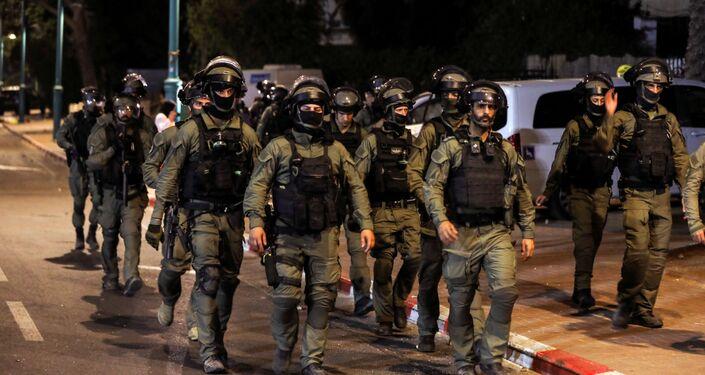 Membros da força de segurança israelense patrulham durante toque de recolher noturno após violência na cidade árabe-judaica de Lod, em Israel, em 12 de maio de 2021.