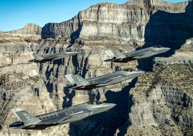 Em Utah, nos Estados Unidos, uma formação de caças F-35 realiza manobras durante exercício de combate, em 19 de novembro de 2018