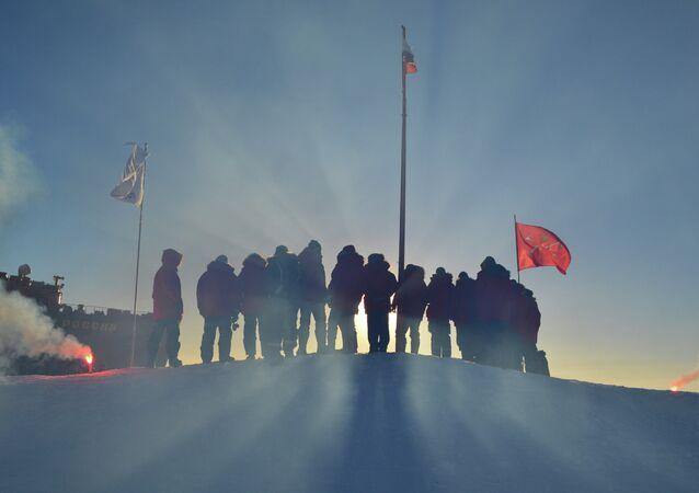 Exploradores polares russos iniciam a instalação da estação de gelo à deriva SP-40