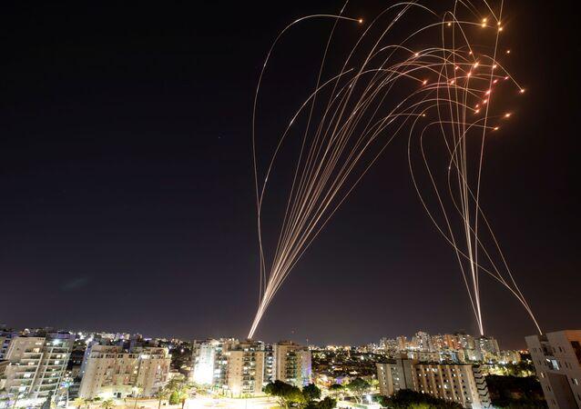 Sistema de defesa aérea israelense Cúpula de Ferro intercepta foguetes lançados da Faixa de Gaza em direção a Israel