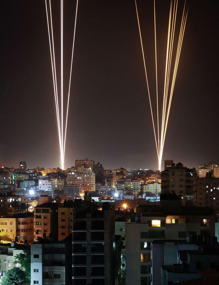 Foguetes lançados da Cidade de Gaza, controlada pelo movimento Hamas, em resposta a um ataque aéreo israelense a um prédio residencial de 12 andares na cidade