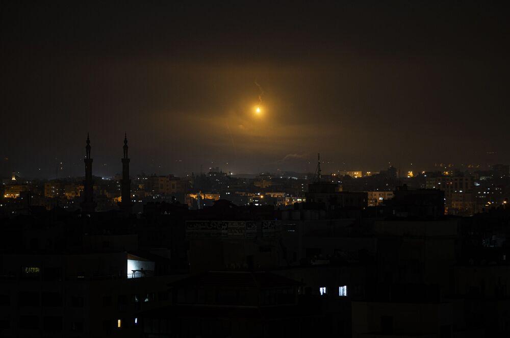 Uma explosão no céu da Faixa de Gaza