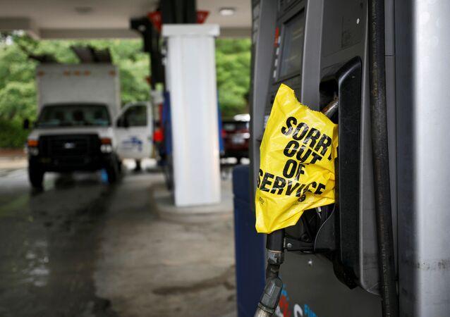 Posto de gasolina notifica motoristas que não há combustível, após o ciberataque ter parado a maior rede de oleodutos nos Estados Unidos, Colonial Pipeline, 12 de maio de 2021
