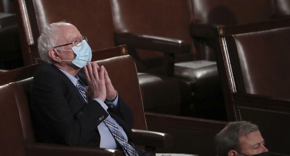 Senador Bernie Sanders, representante da ala progressista do Partido Democrata dos EUA, ouve discurso de Biden no Congresso dos EUA, Washington, 28 de abril de 2021