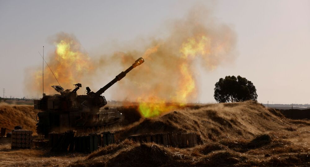 Uma unidade móvel de artilharia israelense dispara perto da fronteira entre Israel e Faixa de Gaza, em 12 de maio de 2021.