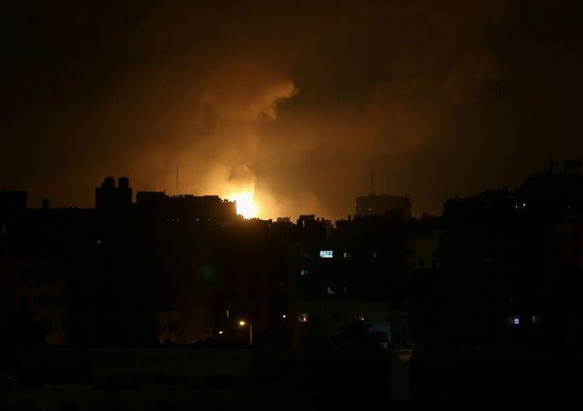 Fumaça e chama aumentam durante ataques aéreos israelenses na cidade de Gaza, 14 de maio de 2021