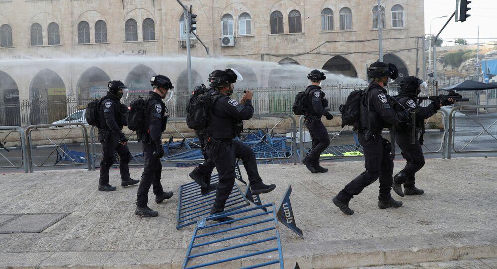Membros das forças de segurança israelenses patrulham durante confrontos com palestinos nos arredores da Cidade Velha de Jerusalém, 10 de maio de 2021