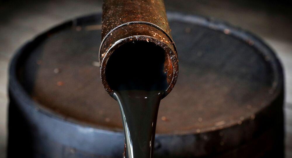 Óleo jorra de um jorro do poço original de Edwin Drake, de 1859, que lançou a indústria de petróleo moderna no Drake Well Museum and Park em Titusville, Pensilvânia, EUA, 5 de outubro de 2017