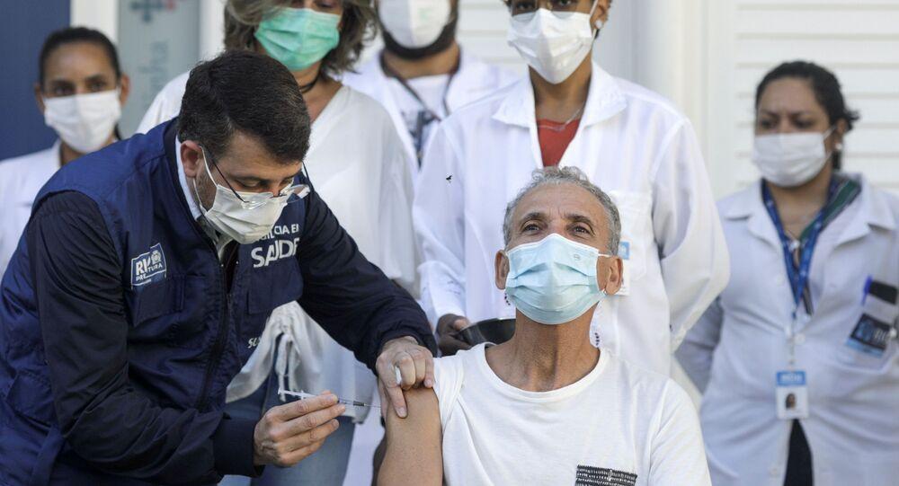 O secretário de Saúde do Rio de Janeiro, Daniel Soranz, aplica a primeira dose da vacina da Pfizer para marcar o início de sua administração no Rio de Janeiro, no Brasil, em 4 de maio de 2021