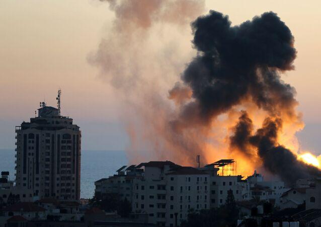 Fumaça e chamas durante ataques aéreos israelenses na cidade de Gaza, 14 de maio de 2021
