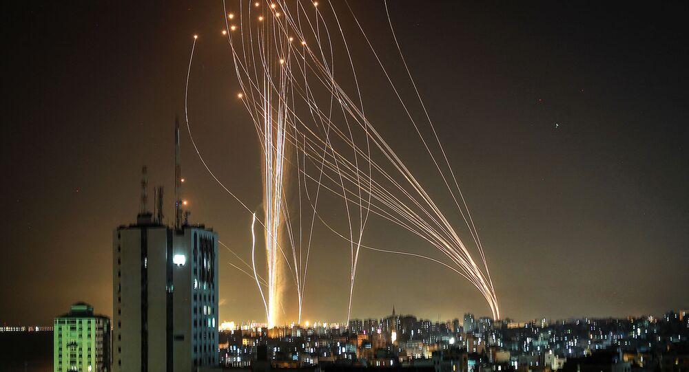 Foguetes lançados da cidade de Gaza, controlada pelo movimento palestino Hamas, contra Tel Aviv, 11 de maio de 2021