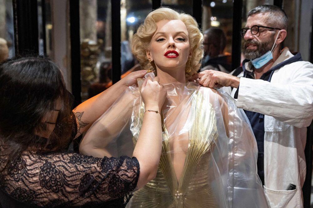 Empregados preparando estátua de cera de Marilyn Monroe no museu Grevin, Paris, França, 12 de maio de 2021