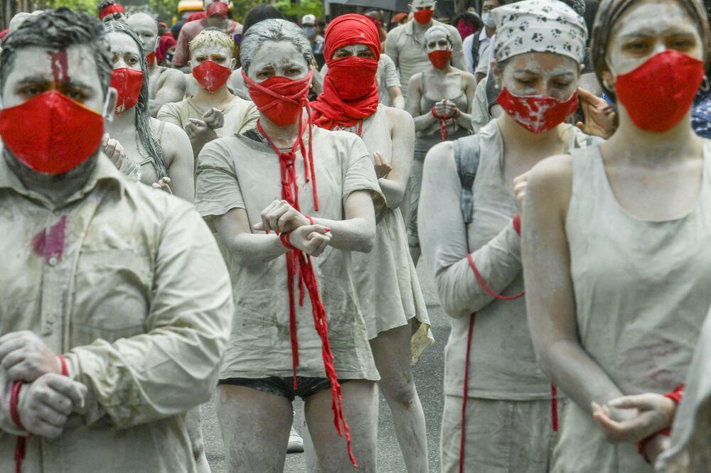 Manifestantes durante novos protestos contra o governo em Medellin, Colômbia, em 12 de maio de 2021