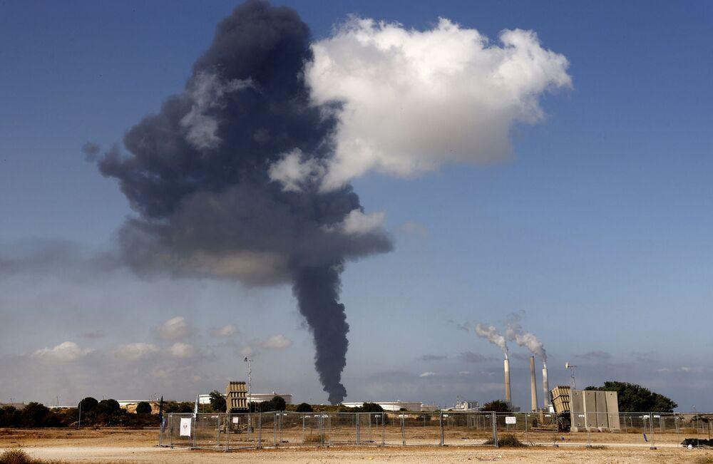 Fumaça proveniente do incêndio no reservatório petroquímico atingido por foguetes do Hamas na cidade israelense de Ashkelon, 12 de maio de 2021