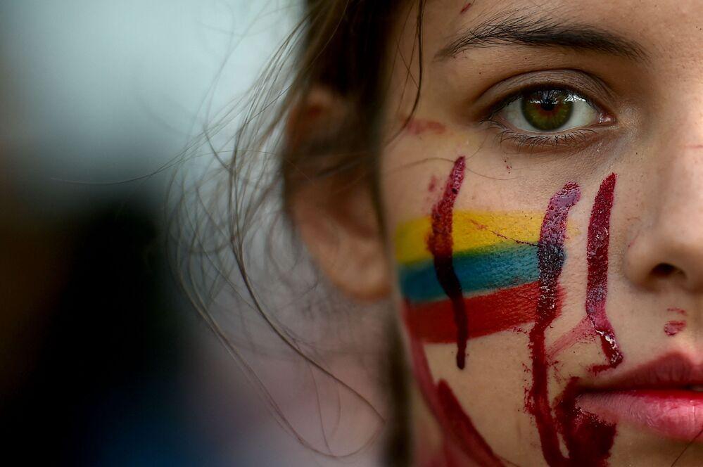 Estudante durante protestos contra o governo, Cali, Colômbia, 11 de maio de 2021